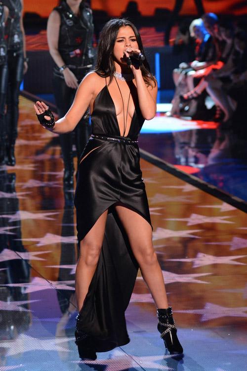 Селена Гомез в сексуальном атласном черном платье с глубоким вырезом на груди и длинным подолом