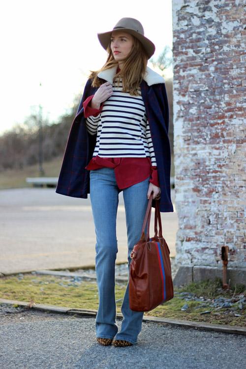 Девушка в полосатом джемпере и джинсах клеш