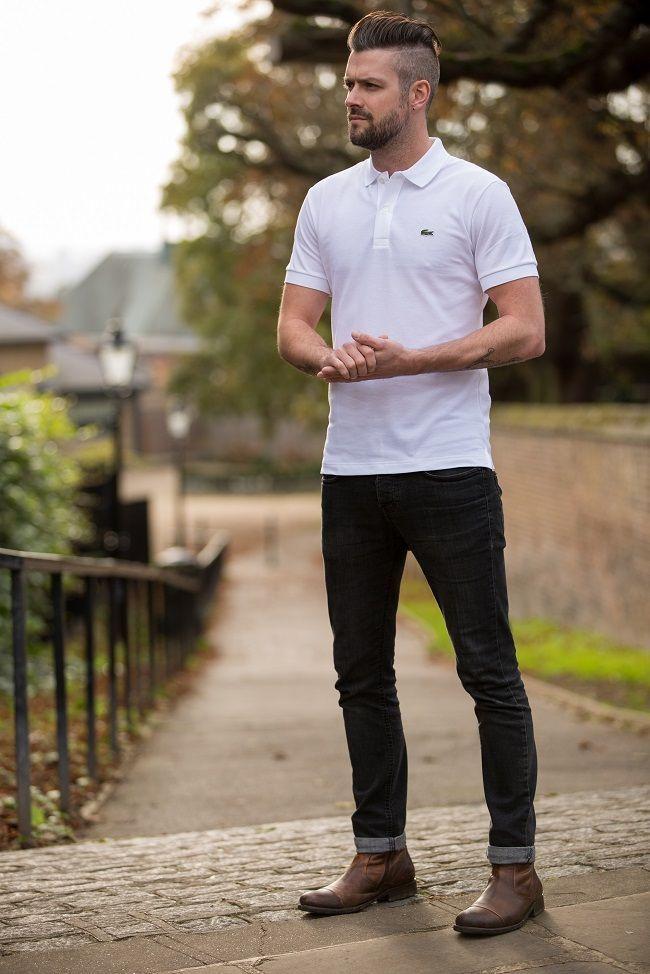 мужчина в белой футболке и джинсах
