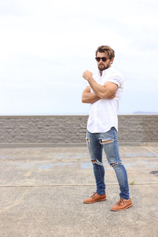 мужчина в белой майке, рваных джинсах