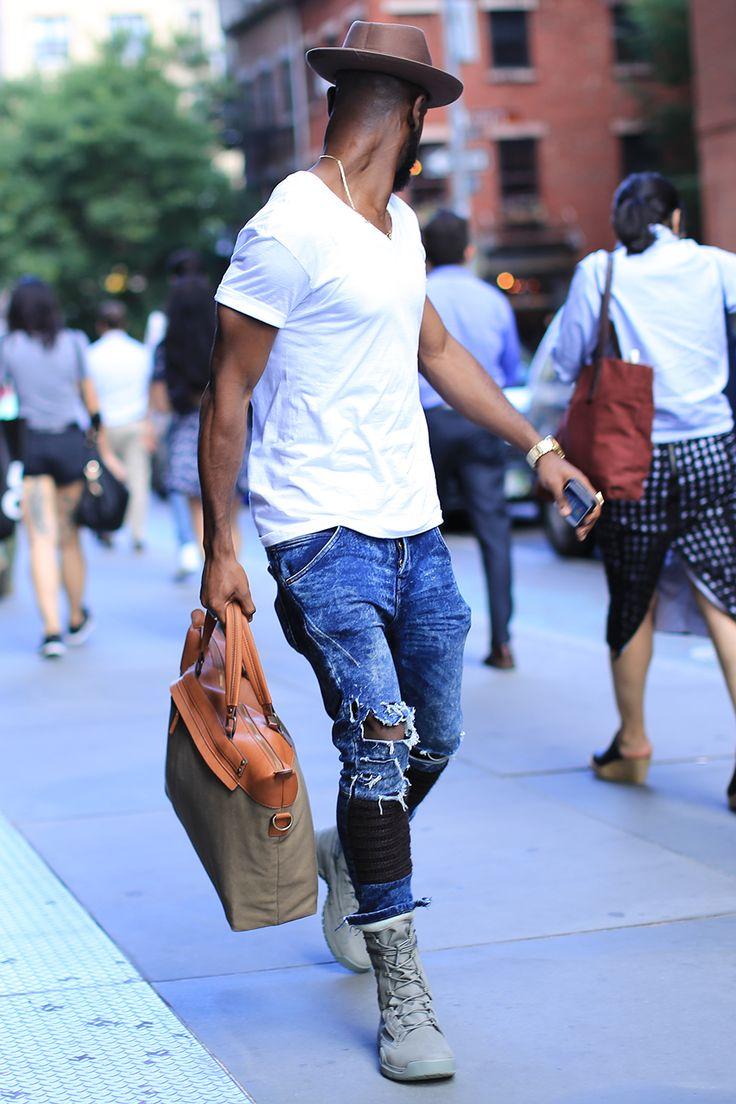 мужчина в берцах и рваных джинсах