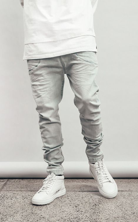 мужчина в булых джинсах и белых сникерсах