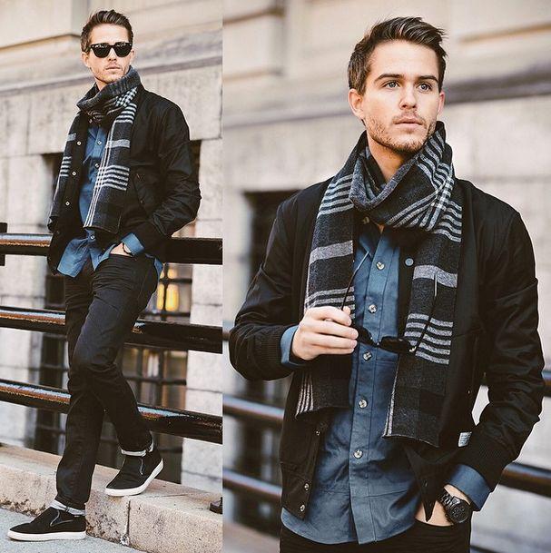 мужчина в черной куртке и клетчатым шарфом