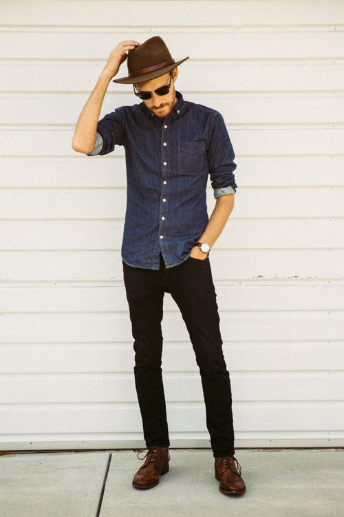 мужчина в черных джинсах и джинсовой рубашке