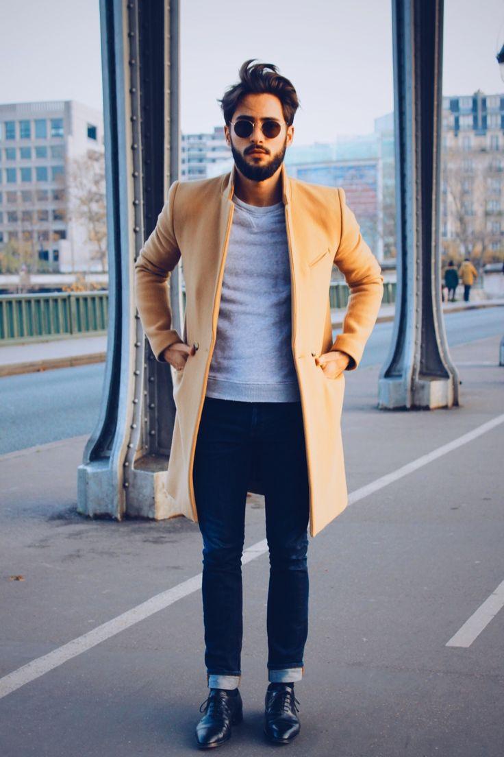 мужчина в черных джинсах и пальто