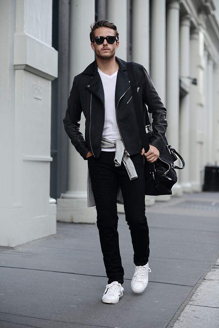 мужчина в черных джинсах и рубашкой на поясе