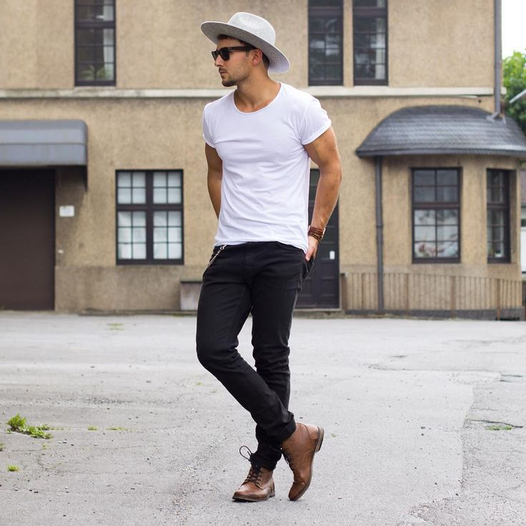 мужчина в черных джинсах и шляпе