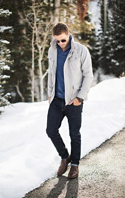 мужчина в черных джинсах и светлой куртке