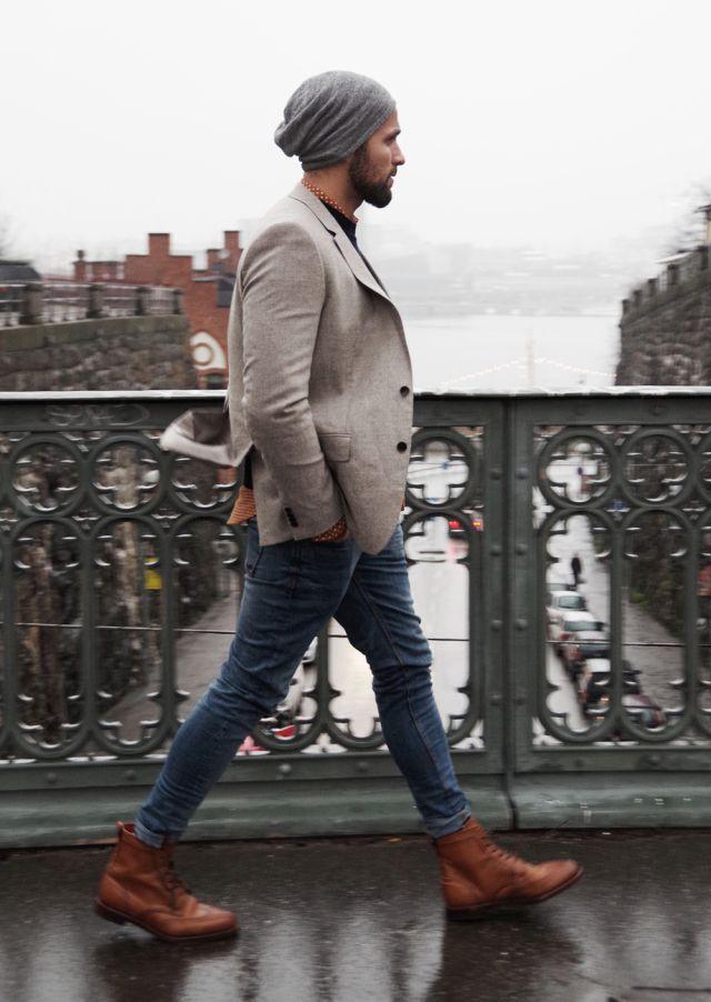 мужчина в джинсах и бежевом пиджаке