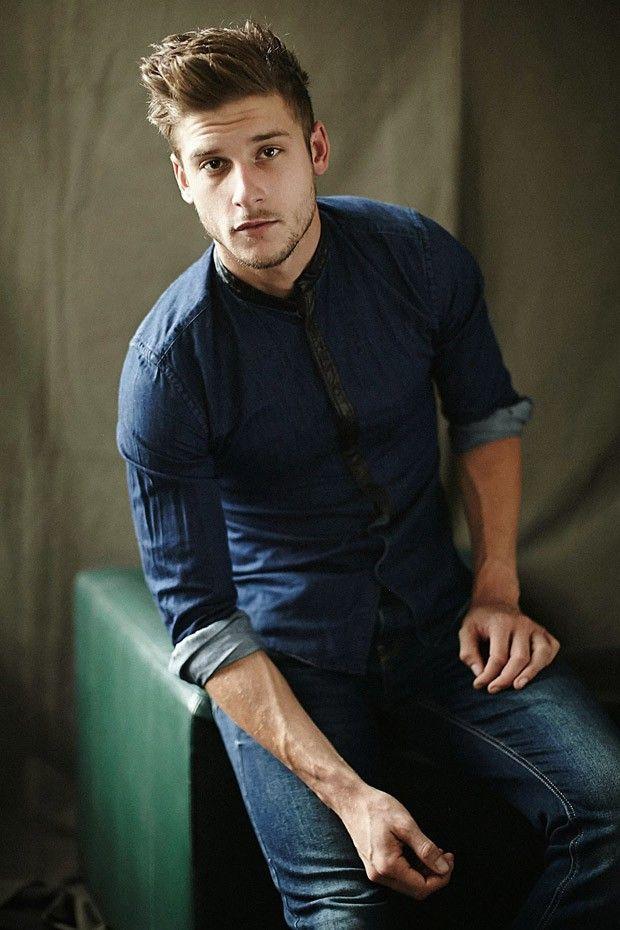 мужчина в джинсах и джинсовой рубашке1