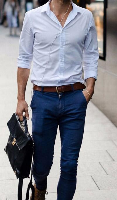 мужчина в джинсах и голубой рубашке