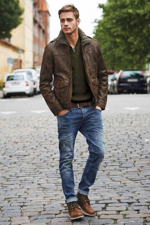 мужчина в джинсах и коричневой кожанке