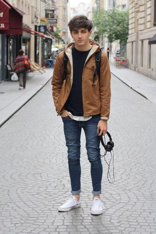 мужчина в джинсах и коричневой куртке