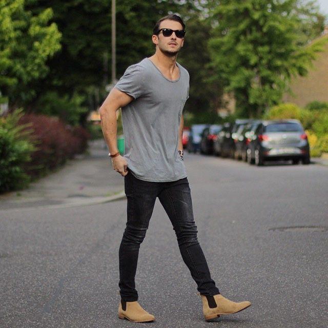 мужчина в джинсах и полусапожках