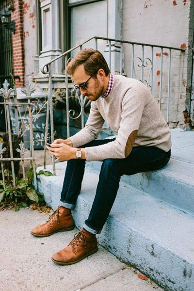 мужчина в джинсах и светлом пуловере
