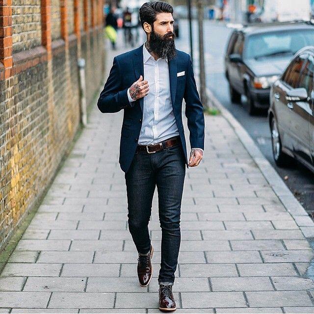 мужчина в джинсах и туфлях