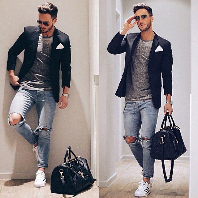 мужчина в голубых рваных джинсах с сумкой