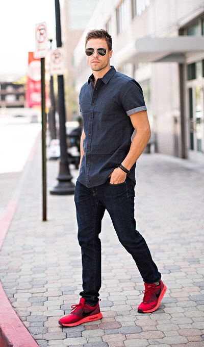 мужчина в рубашке и красных кроссовках