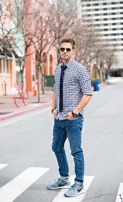 мужчина в рубашке и кроссовках