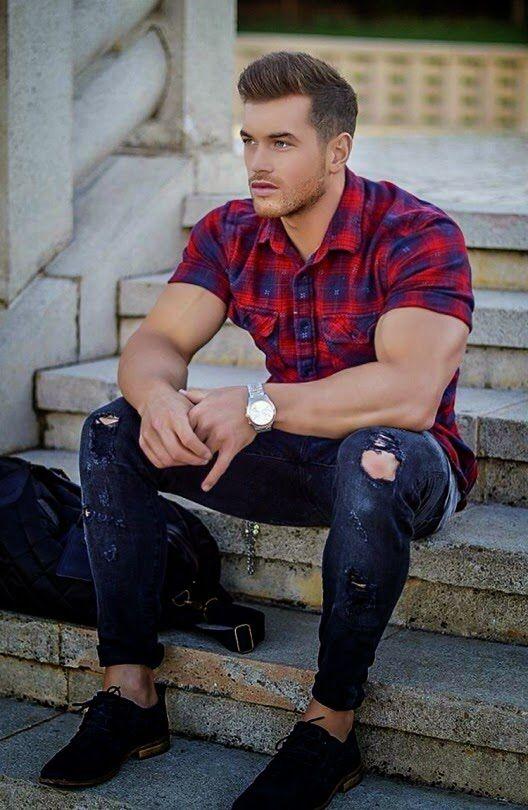 мужчина в рваных джинсах и красной клетчатой рубашке
