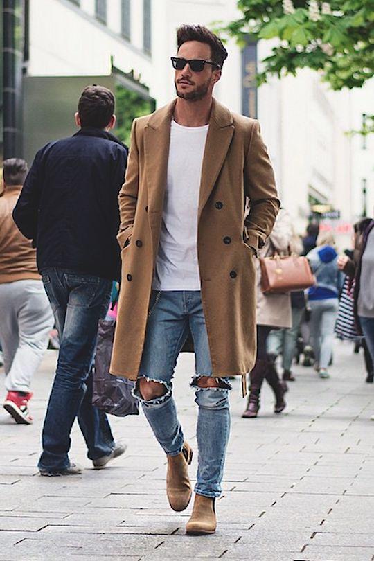 мужчина в рваных джинсах и пальто