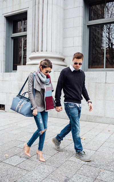мужчина в рваных джинсах и пуловере