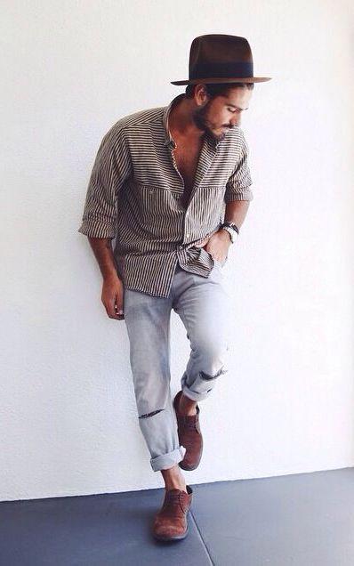 мужчина в рваных светлых джинсах и шляпе