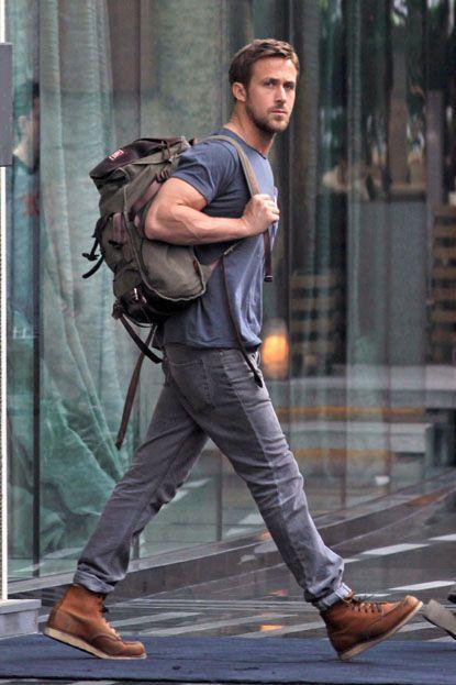 мужчина в серых джинсах
