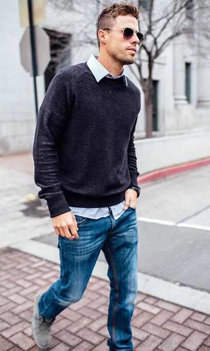 мужчина в светло-синих джинсах и пуловере