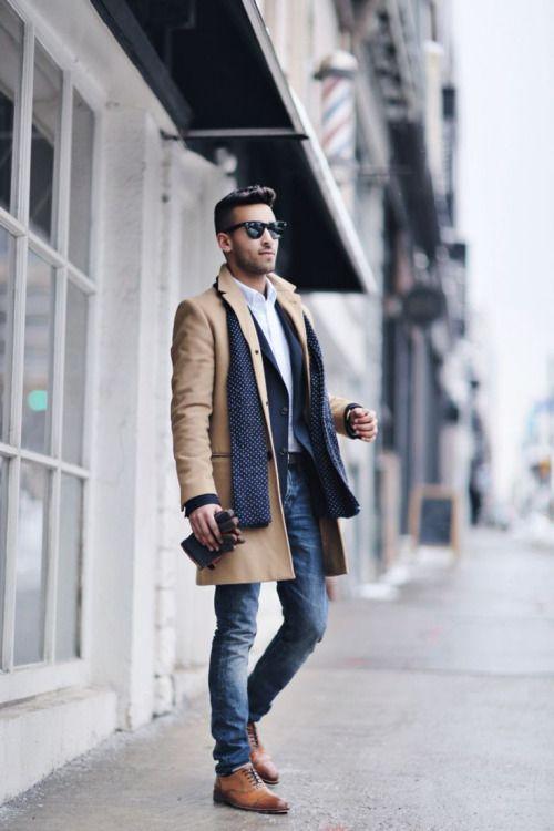 мужчина в светлых джинсах и пальто