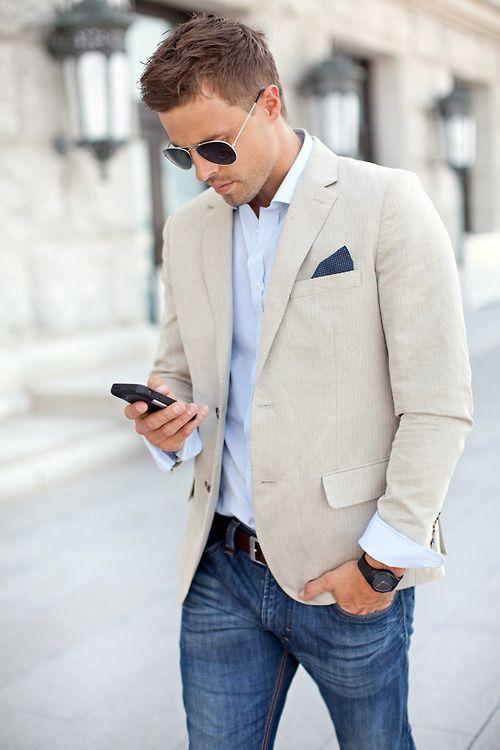 мужчина в светлых джинсах и светлом пиджаке
