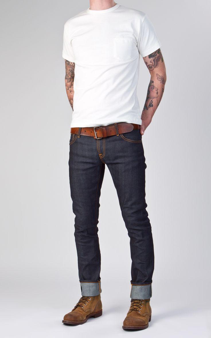 мужчина в темных джинсах и белой футболке