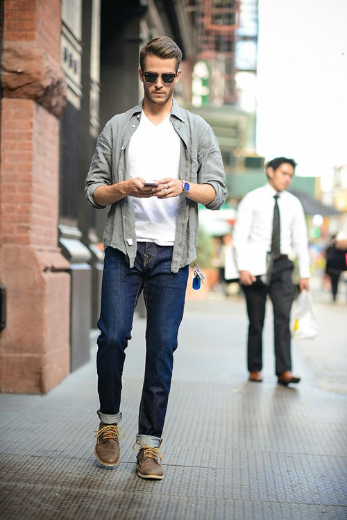 мужчина в темных джинсах и кардигане