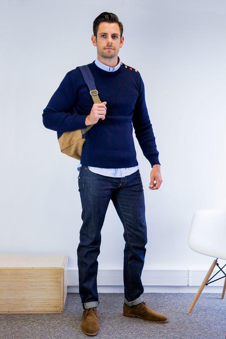 мужчина в темных джинсах в пуловере с рюкзаком