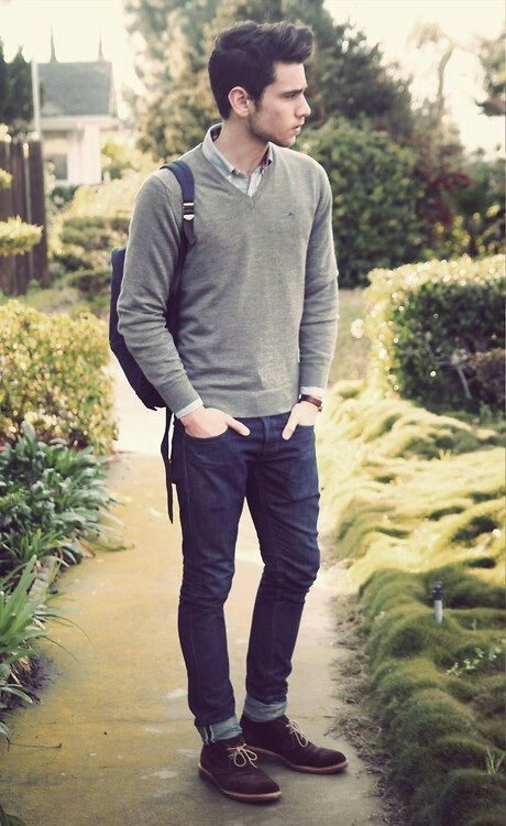 мужчина в зауженных джинсах и пуловере