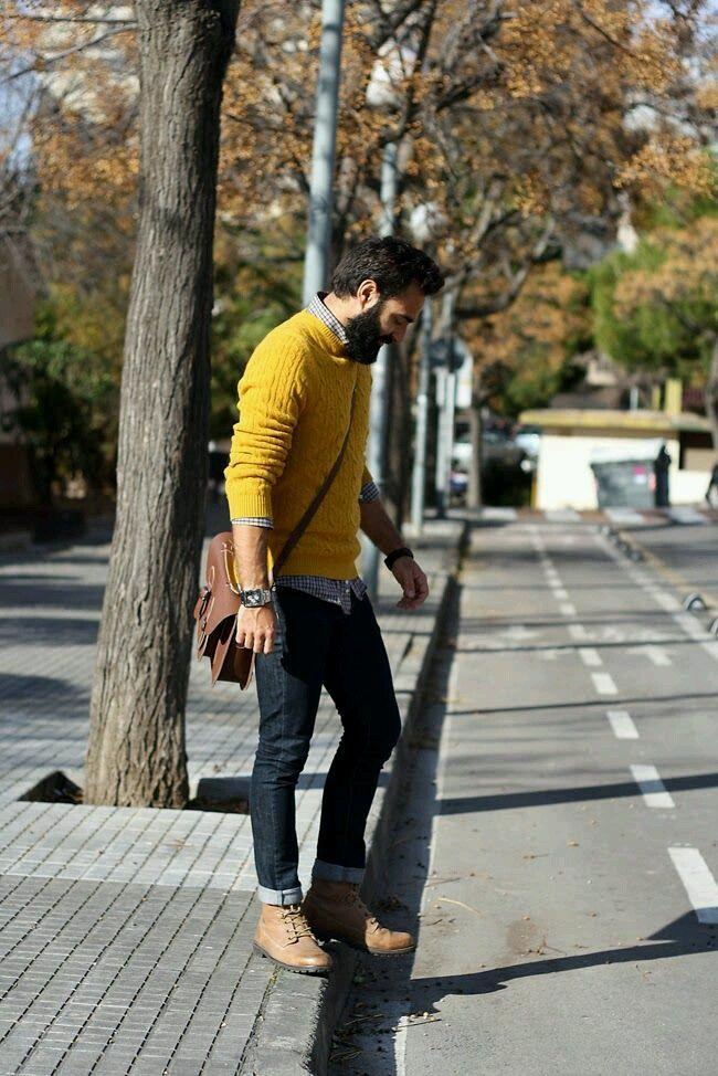 мужчина в желтом пуловере и джинсах