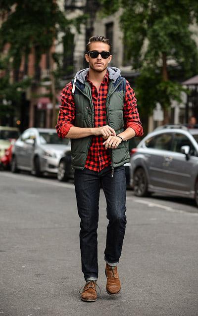 в джинсах и красной клетчатой рубашке