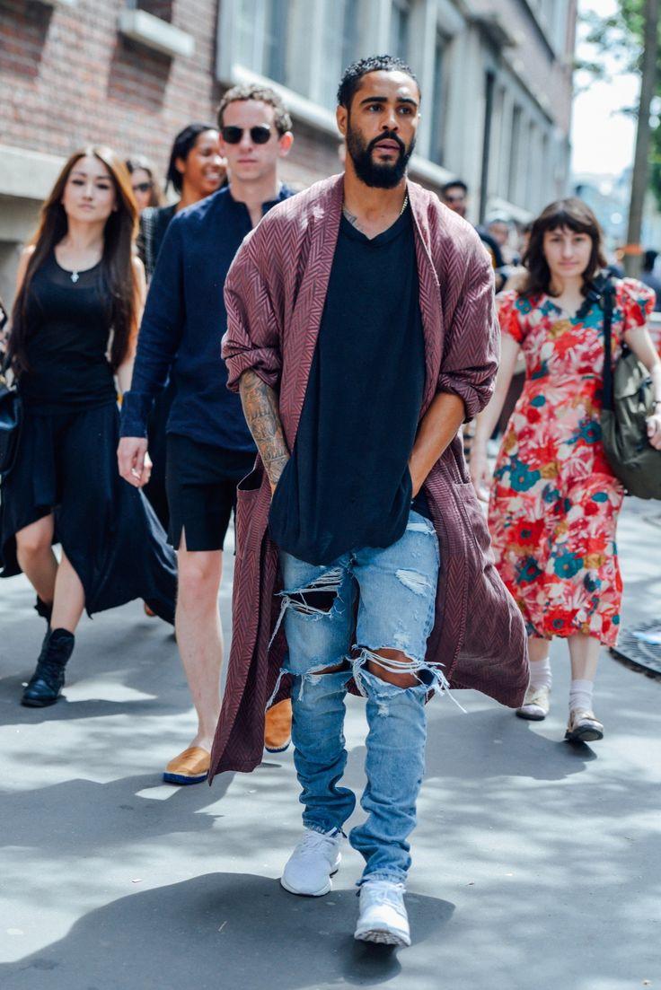 в лдинном кардигане и джинсах