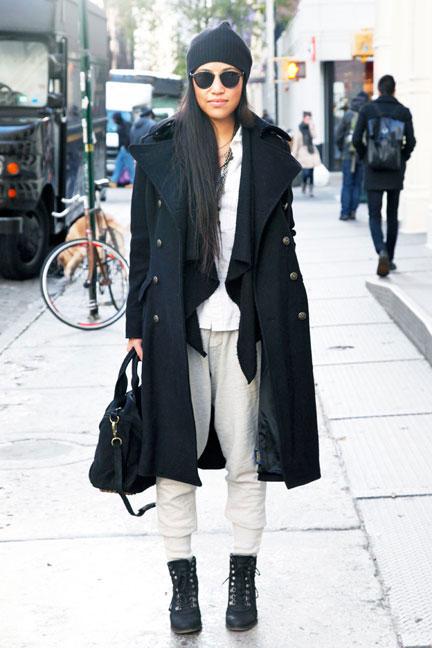 Девушка в серых штанах