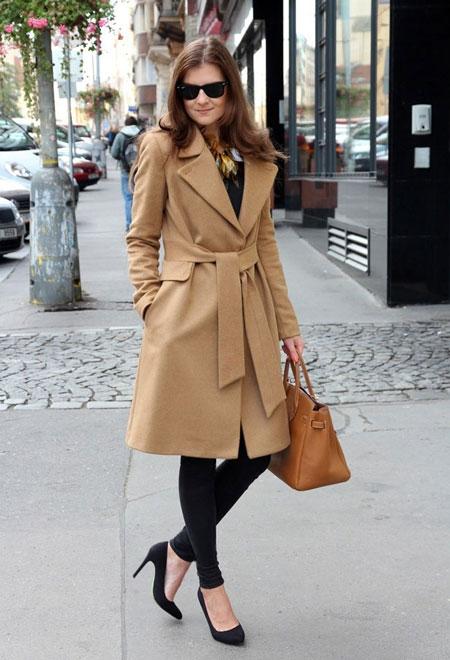Женщина в пальто с поясом
