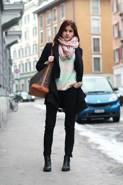 Девушка с розовым шарфом