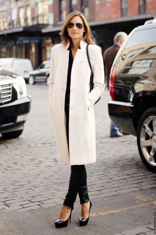 Девушка в прямом пальто