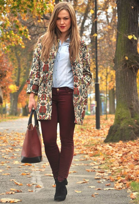 Девушка в бордовых брюках и цветочном пальто
