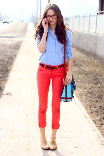 Девушка в голубой рубашке