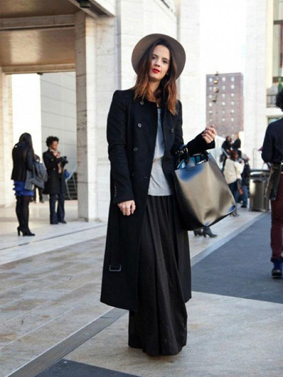 Девушка в черных брюках клеш