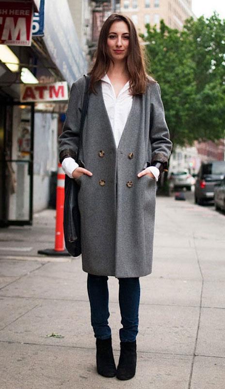 девушка в прямом сером пальто