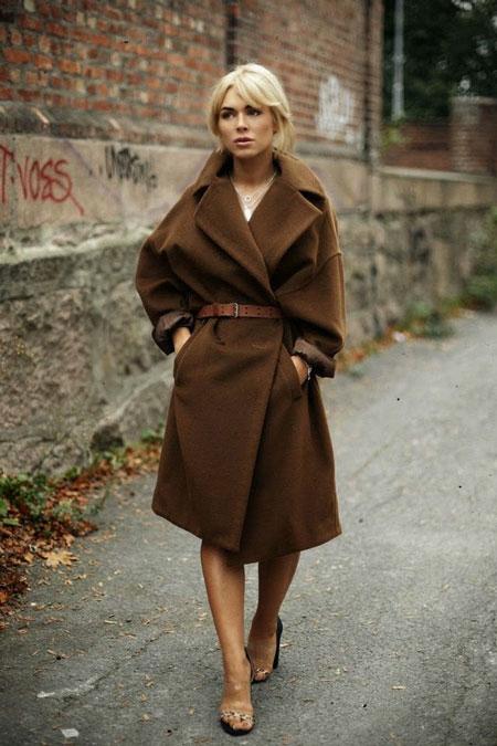 Девушка в оригинальном коричневом пальто