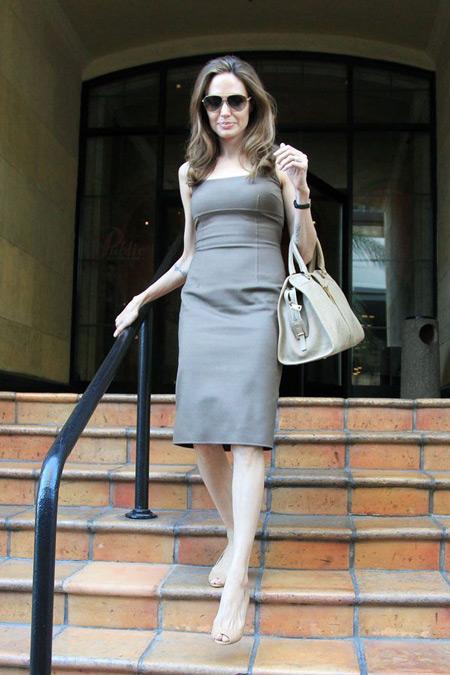 Анжелина Джоли в сером платье