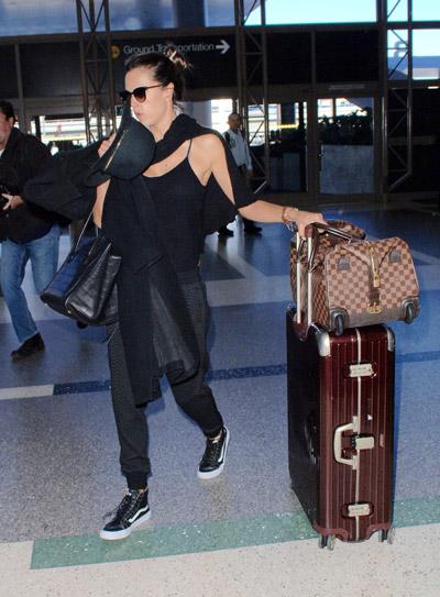 Алессандра Амбросио в черных спортивных штанах, топ и черные кеды с белой платформой
