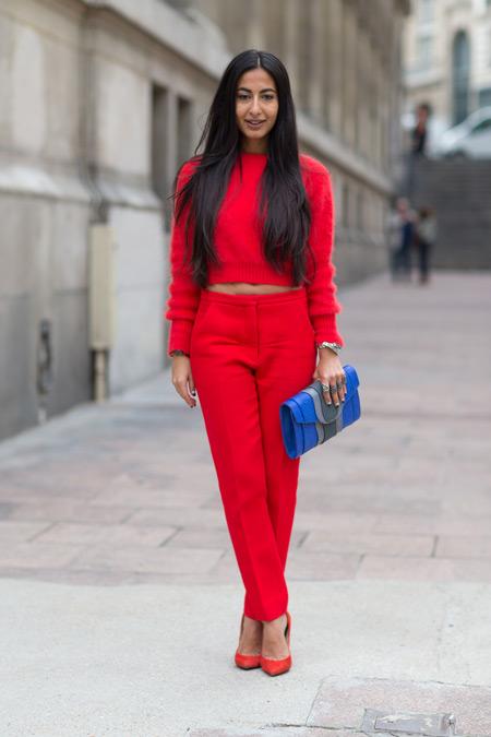 Девушка в красном тотал-луке